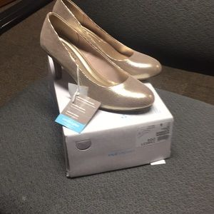 Women's size 6 gold comfort plus heels